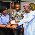 Police Officer gets cheque from Sanwo-Olu for saving robbery victim